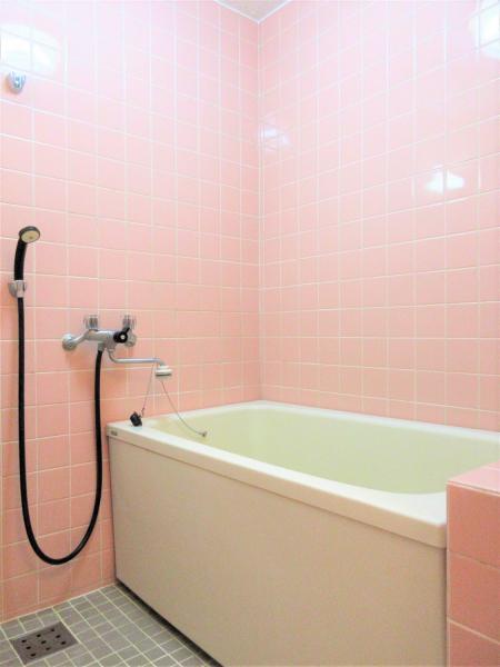 ピンクのタイルが可愛らしい浴室です
