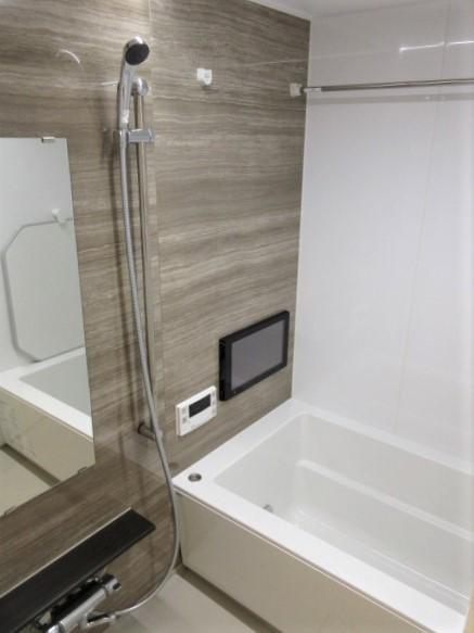 浴室にモニタ付き・追い焚き機能あり