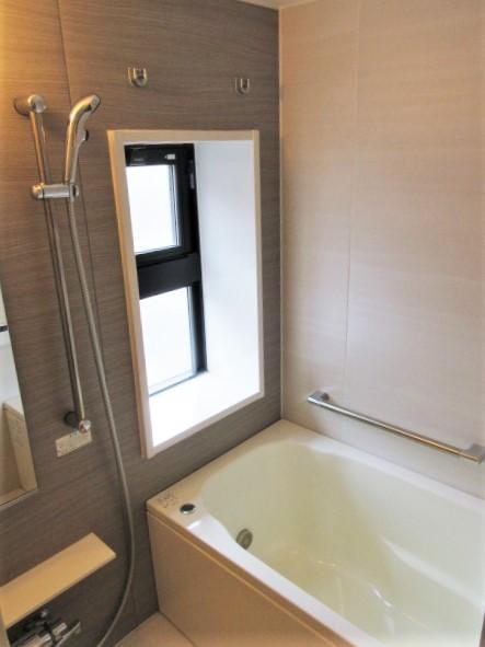 バストイレ別。浴室に窓&浴室換気暖房機有