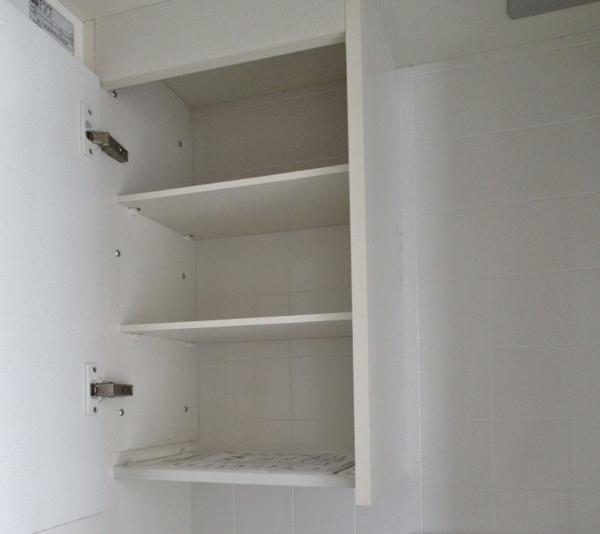 キッチンの上下に収納棚があります