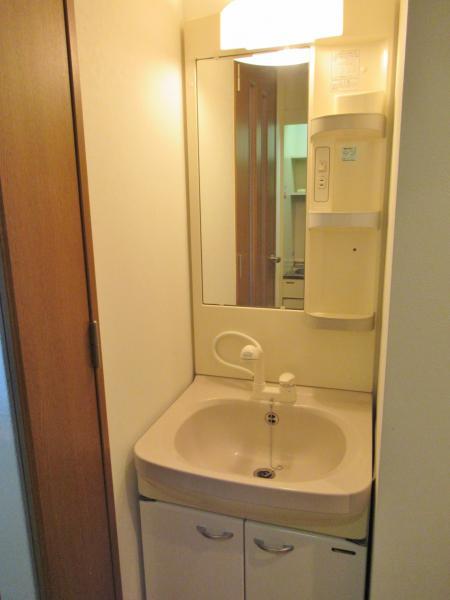 シャワーハンドル付きの独立洗面台です!