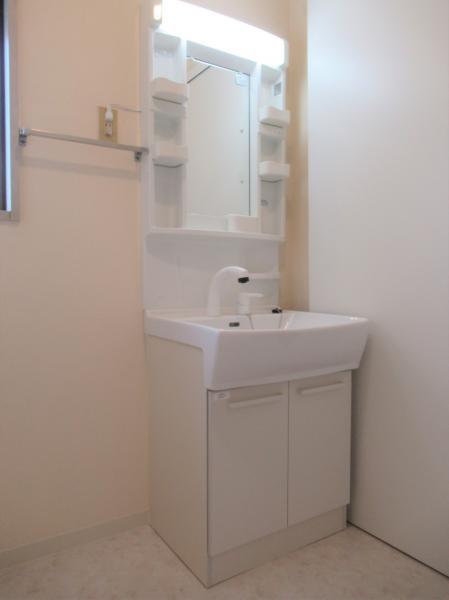 シャワーハンドル付きの洗面化粧台