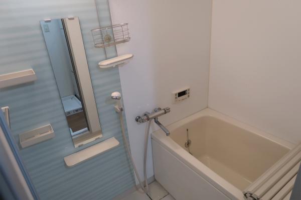 爽やかなライトブルーがアクセントの浴室です