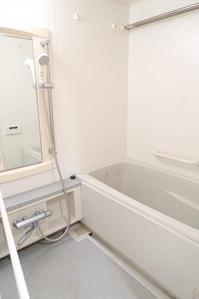 浴室乾燥機付き。小物も置ける棚付き。