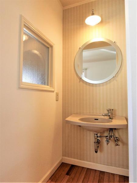 アンティーク調の三面鏡とシャワー付洗面台