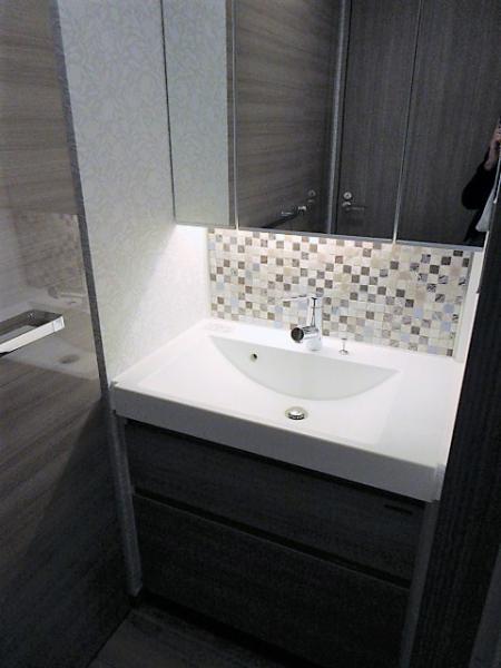 身だしなみチェックに便利な三面鏡付き♪おしゃれな洗面台☆