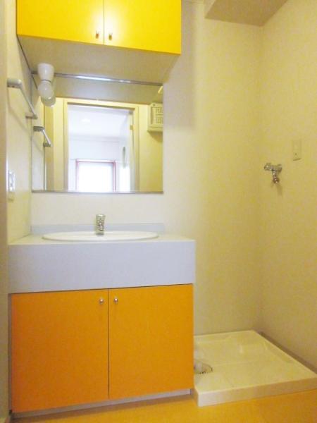 明るいカラーのおしゃれな洗面台