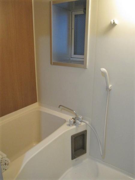 浴室にも小窓が付いています