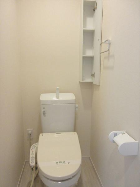 洗浄機能付便座。トイレットペーパーなど収納できる棚が便利