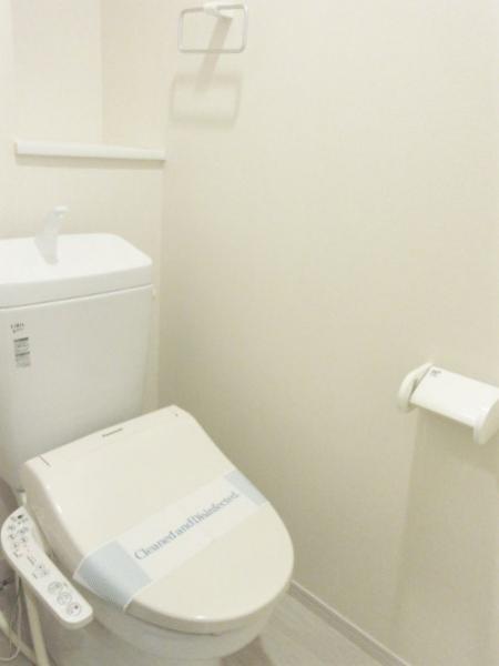 温水洗浄便座付。小物入れや背面棚があり使いやすい。