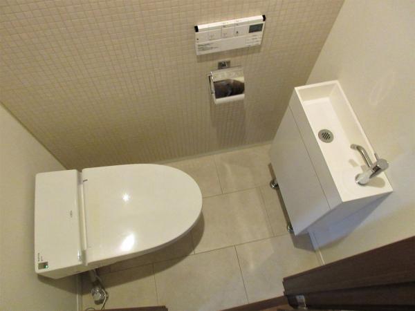 洗浄暖房便座。手洗い場あり。