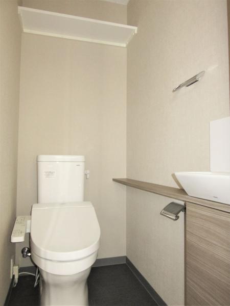 トイレは快適な温水洗浄機能付便座(画像は新築時です)