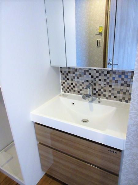 三面鏡付おしゃれな洗面台☆洗濯機置場は扉付で上部に収納有♪
