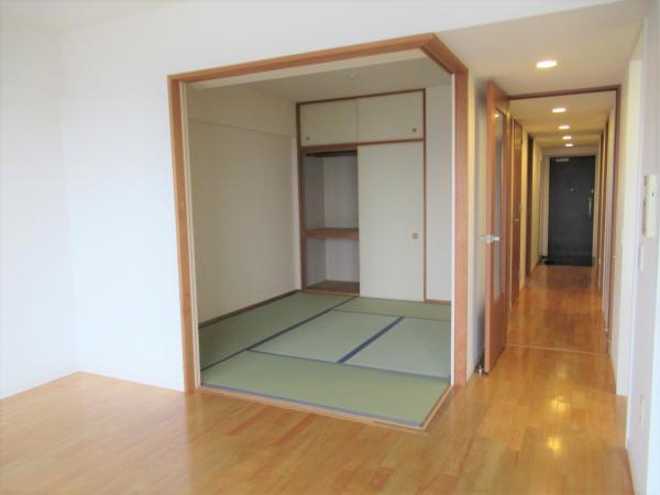 リビングの隣に和室(6帖)くつろぎの空間です