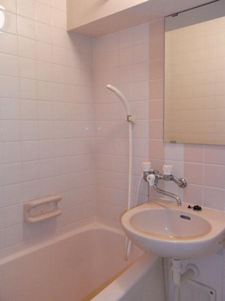 バスルームに洗面台あり