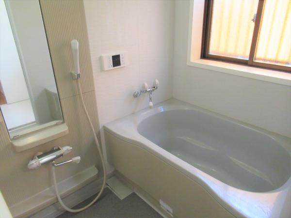 浴室に窓があり、換気も良好です