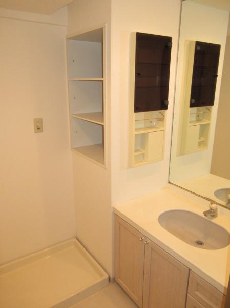 洗面室にはタオルなどが置ける棚がございます!