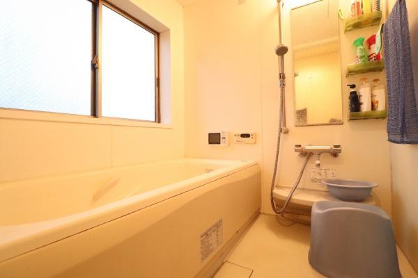 窓付きの浴室 明るく、換気も良好です♪
