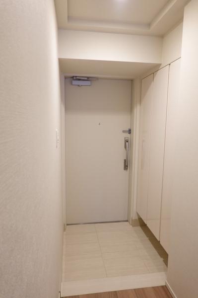 玄関にはたくさん入れられる下足入れがあります。