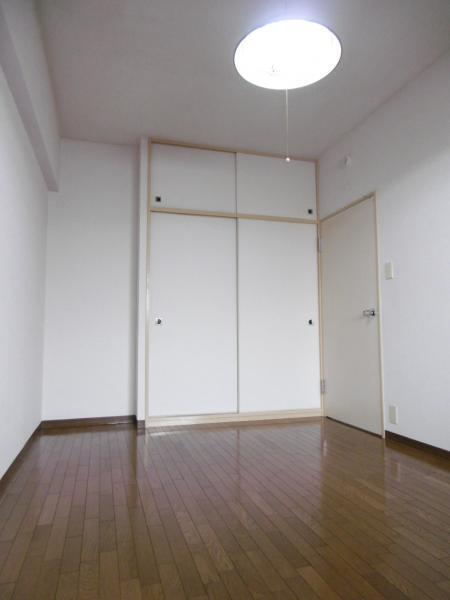 洋室6.3帖★広々した収納スペースがございます。