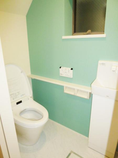 アクセントクロスで清潔感のあるトイレ
