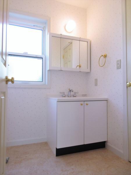 便利な三面鏡付き洗面台あり!窓のある明るい洗面所です