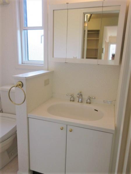 洗面化粧台は三面鏡付き!
