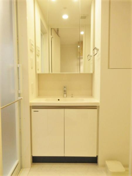 三面鏡付き洗面台の横にはリネン庫つき
