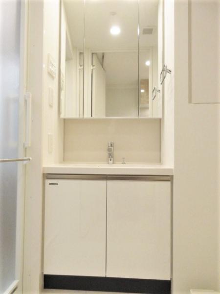 忙しい朝にも便利な三面鏡付独立洗面台
