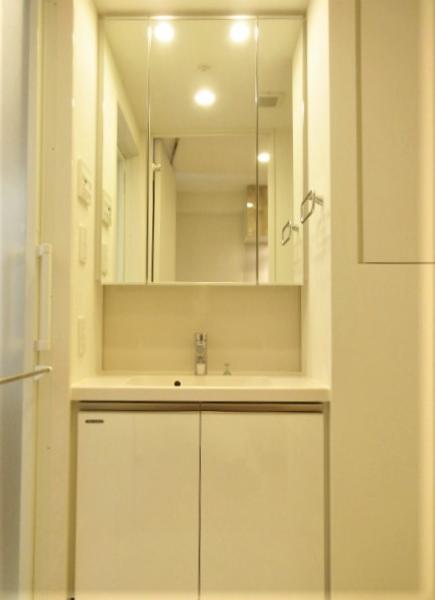 三面鏡付き洗面化粧台の横にはリネン庫あり