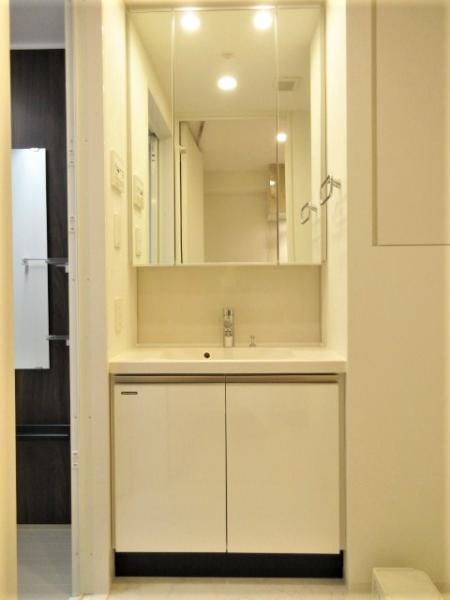 三面鏡付き洗面化粧台の横にはリネン庫つき