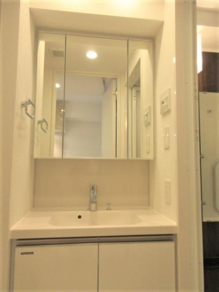 三面鏡付きの独立洗面台