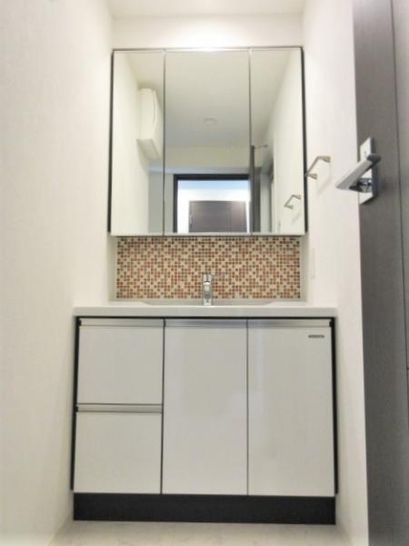 水回りすべて独立。使い勝手のいい三面鏡付洗面化粧台です