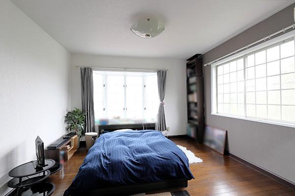 2階洋室(約8帖)は書斎のあるお部屋です