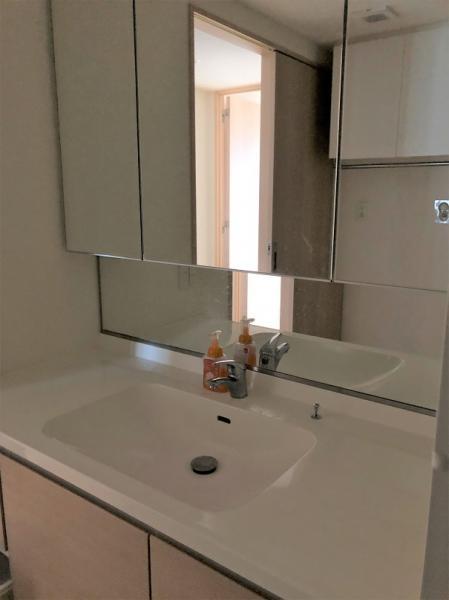 三面鏡付きの洗面台