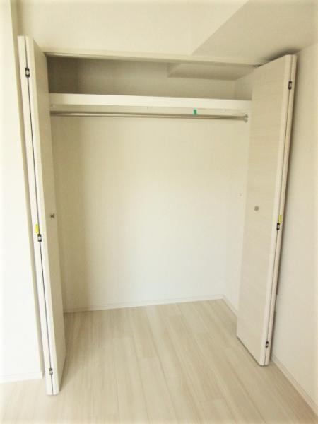 洋室のクローゼットは幅があり収納豊富