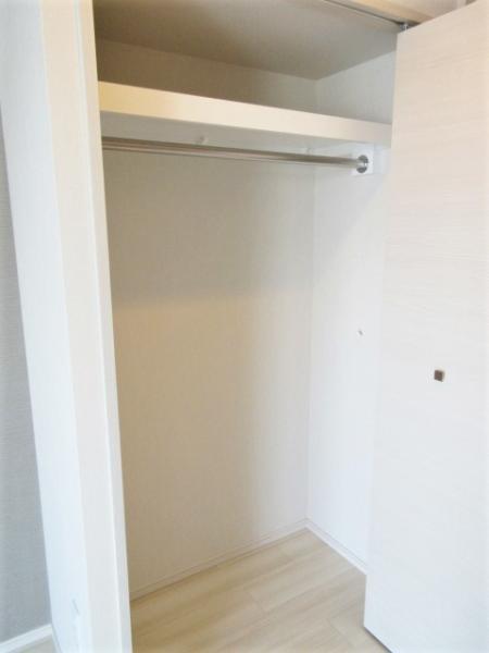 洋室のクローゼットは幅があり豊富な収納