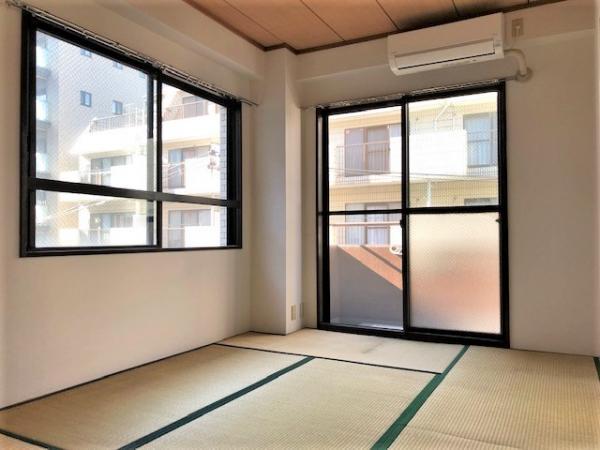2面に窓のある和室。収納スペース有
