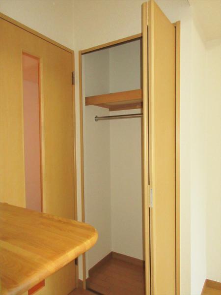居室内にクローゼットと簡易棚あり