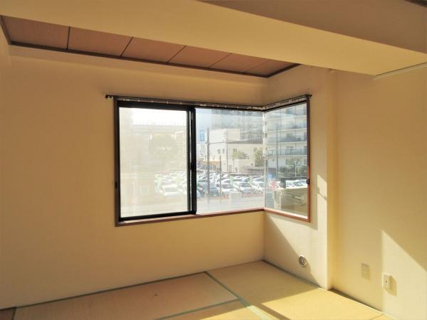 和室には2面に跨る窓があります(前回募集時)