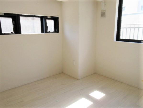 2面に窓のある洋室